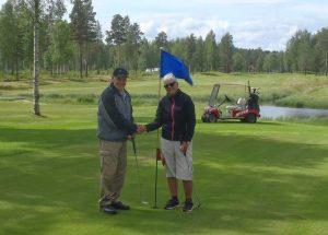 Gerd och Lennart tackar varandra för trivsam golfrunda.