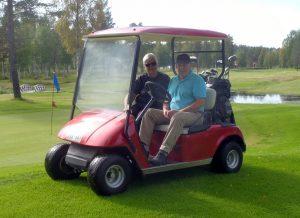 Gerd och Lennart får plocka ur några klubbor ur bagarna till söndgen tävling.